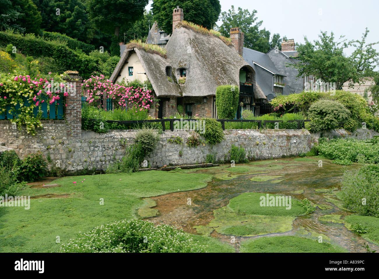 France normandie seine maritime veules les roses maison avec un toit de chaume banque d - Maison en toit de chaume ...