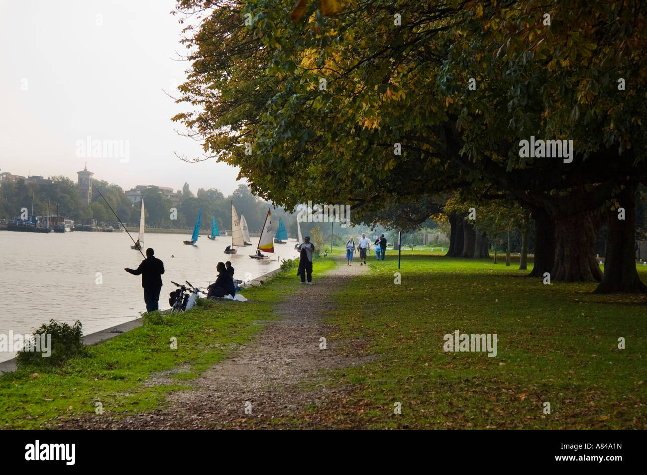 Les pêcheurs et les bateaux à voile et dériveurs sur la Tamise à Kingston Surrey England Photo Stock