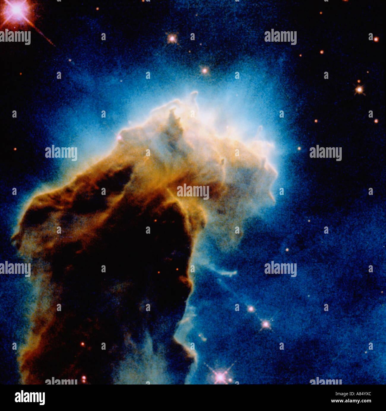 L'astronomie. Naissance étoiles nuages dans l'espace lointain. Nébuleuse de l'aigle. Hubble image. Photo Stock