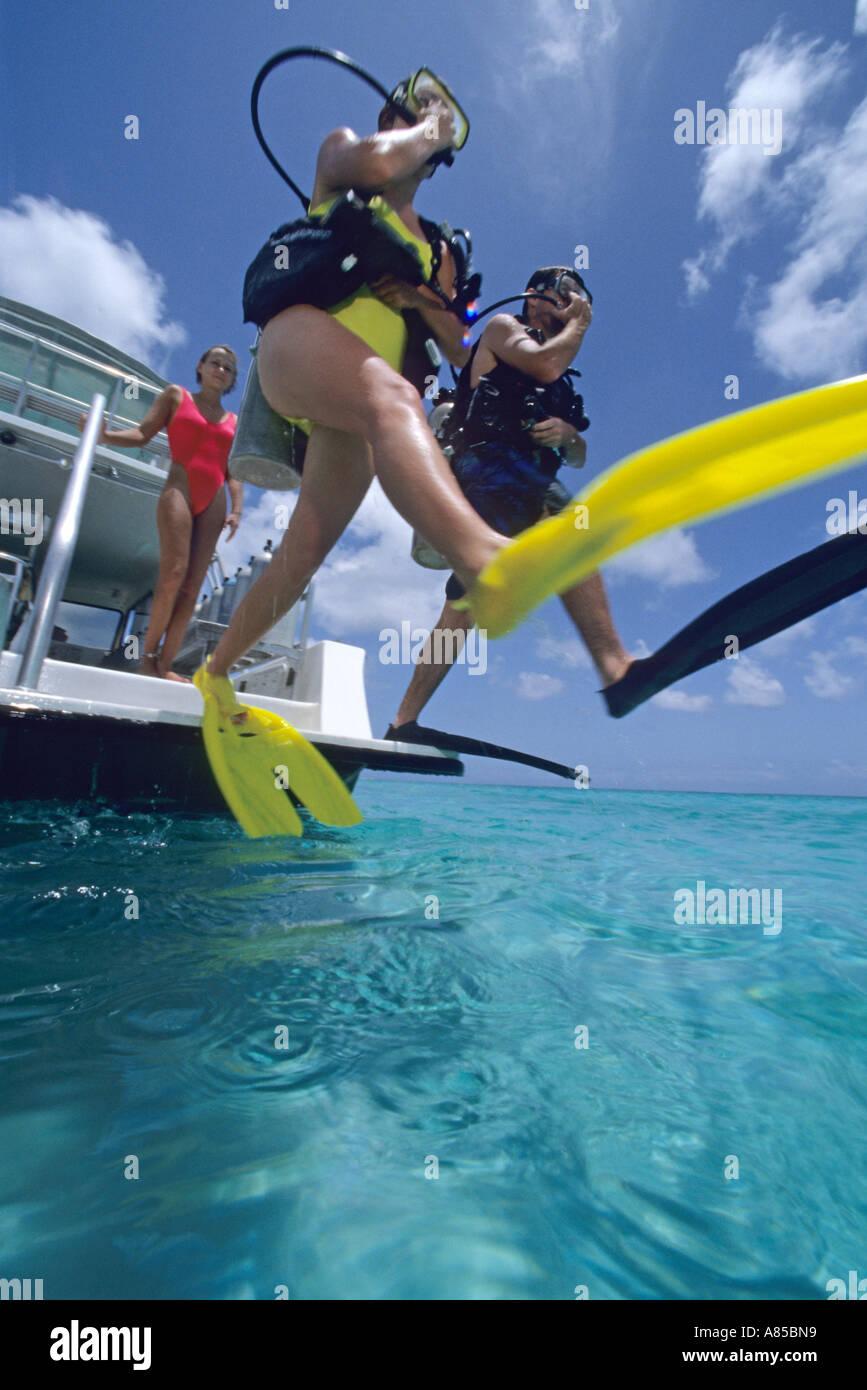 Fait divers pas de géant entrée vers bateau de plongée Provo Providenciales Turks Caicos Photo Stock