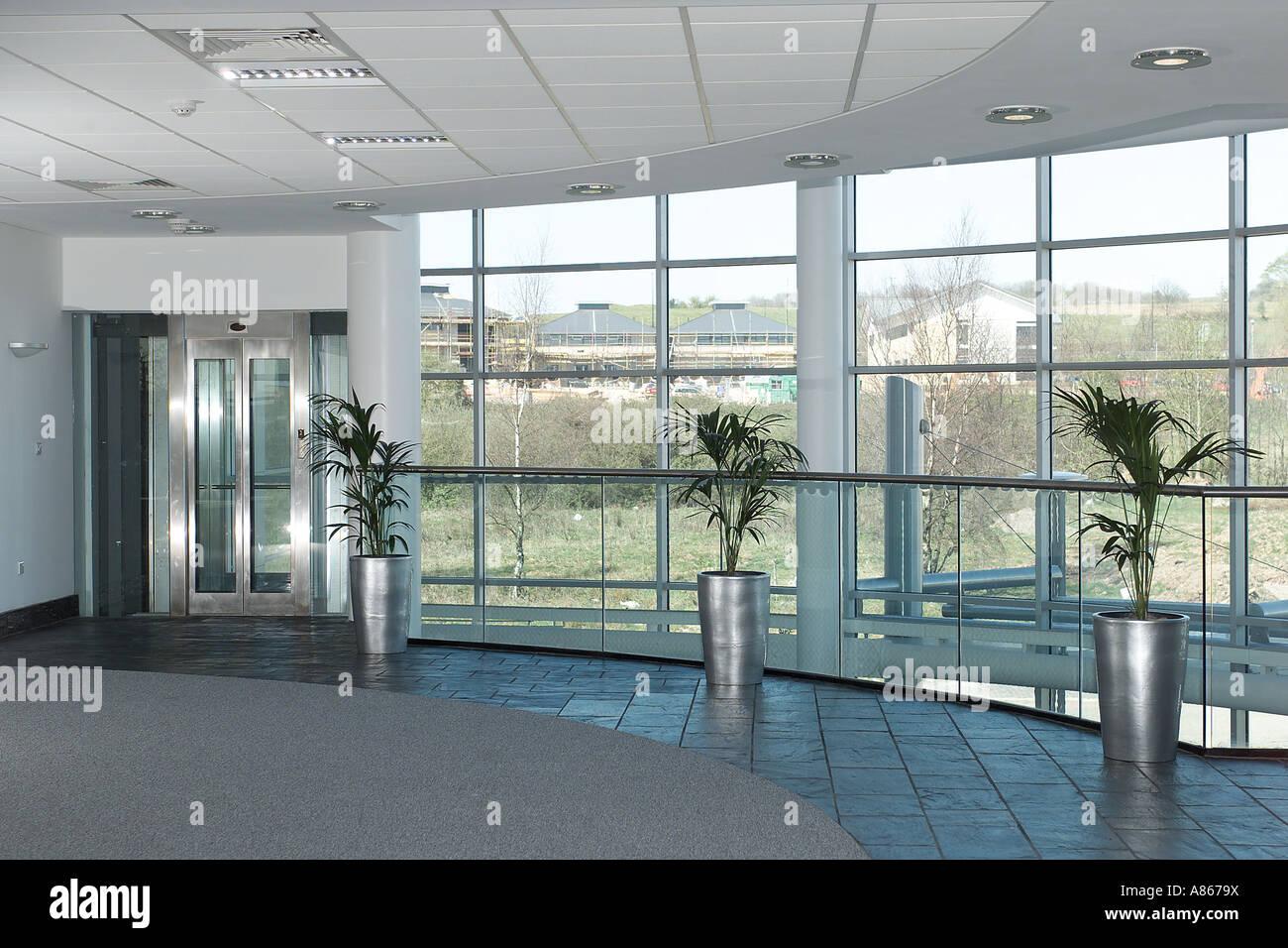 Vue panoramique de l intérieur bureau moderne vide windows banque