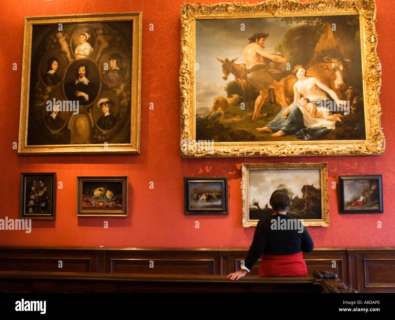 les visiteurs qui cherchent lintrieur peintures mauritshuis clbre galerie dart la haye pays bas