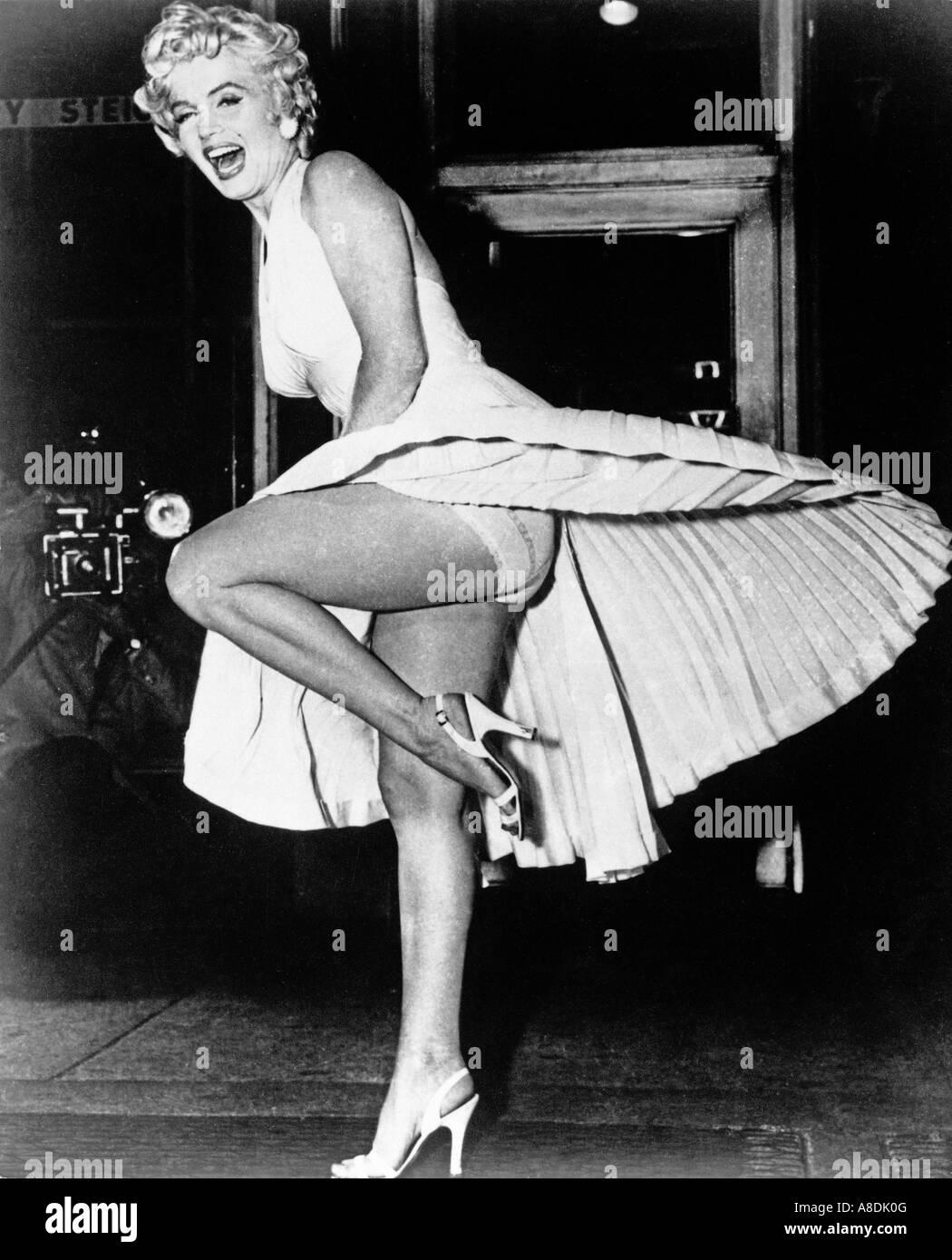 Les SEPT ANS DÉMANGENT - Marilyn Monroe sur le tournage de la TCF 1955 film Banque D'Images