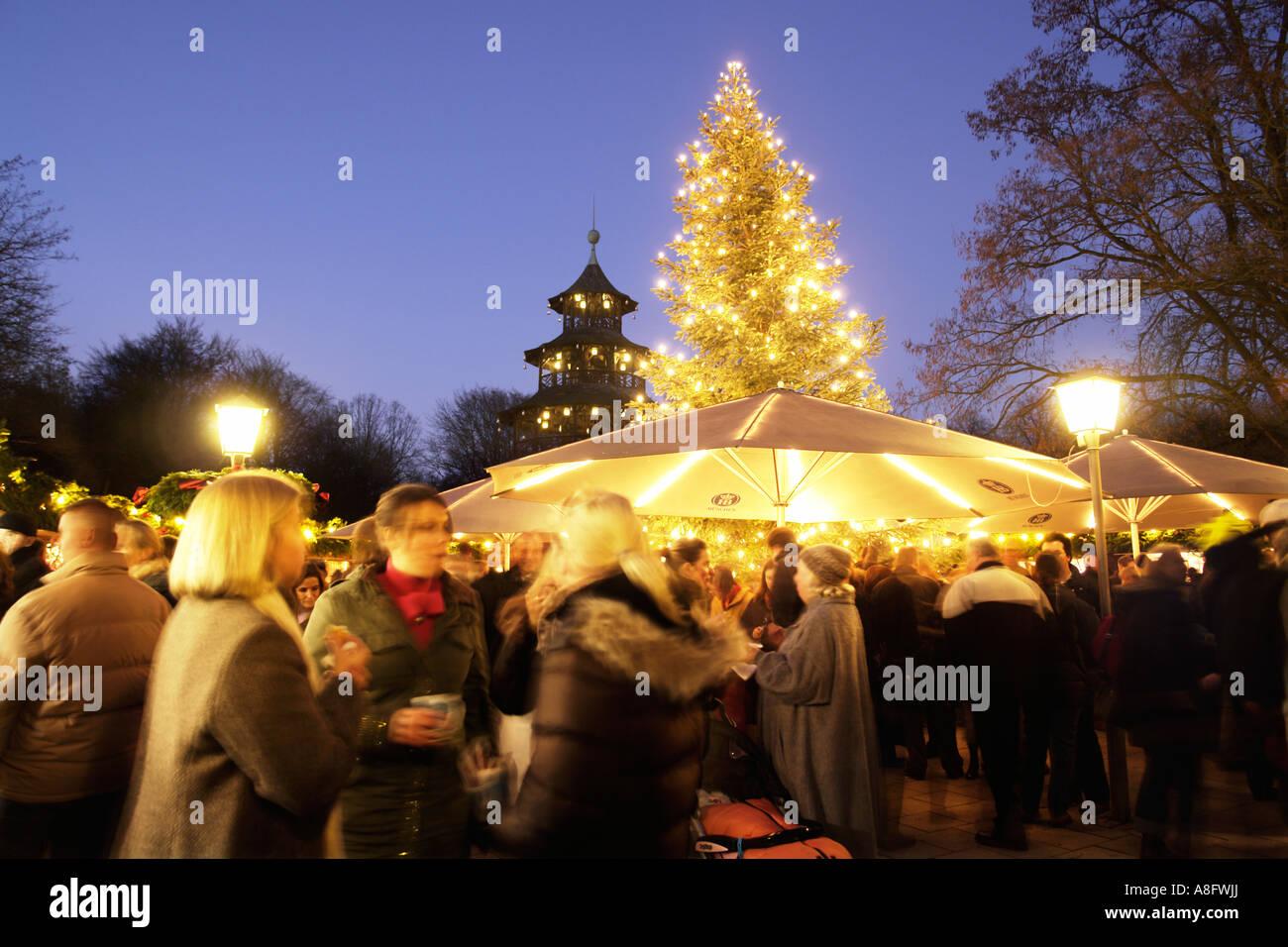 La tour chinoise Jardin Anglais de Munich Bavaria Allemagne Marché de Noël Banque D'Images