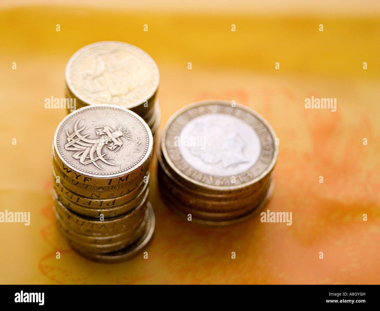 Livres de pièces sur fond orange Photo Stock