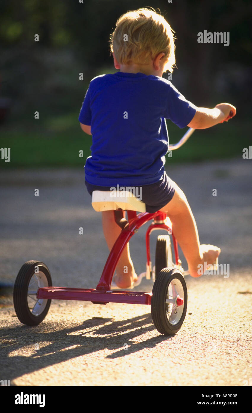 Trois ans boy riding tricycle Banque D'Images