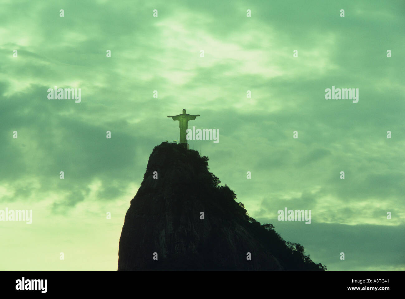 Vue éloignée de la statue du Christ Rédempteur à Sugarloaf Mountain sur Corcovado à Rio de Janeiro Brésil Banque D'Images