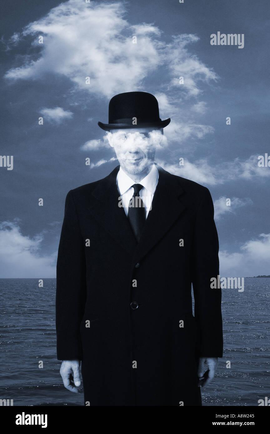 Concept d'homme avec chapeau melon et costume d'affaires avec les nuages en face de visage hommage à René Magritte peinture Photo Stock