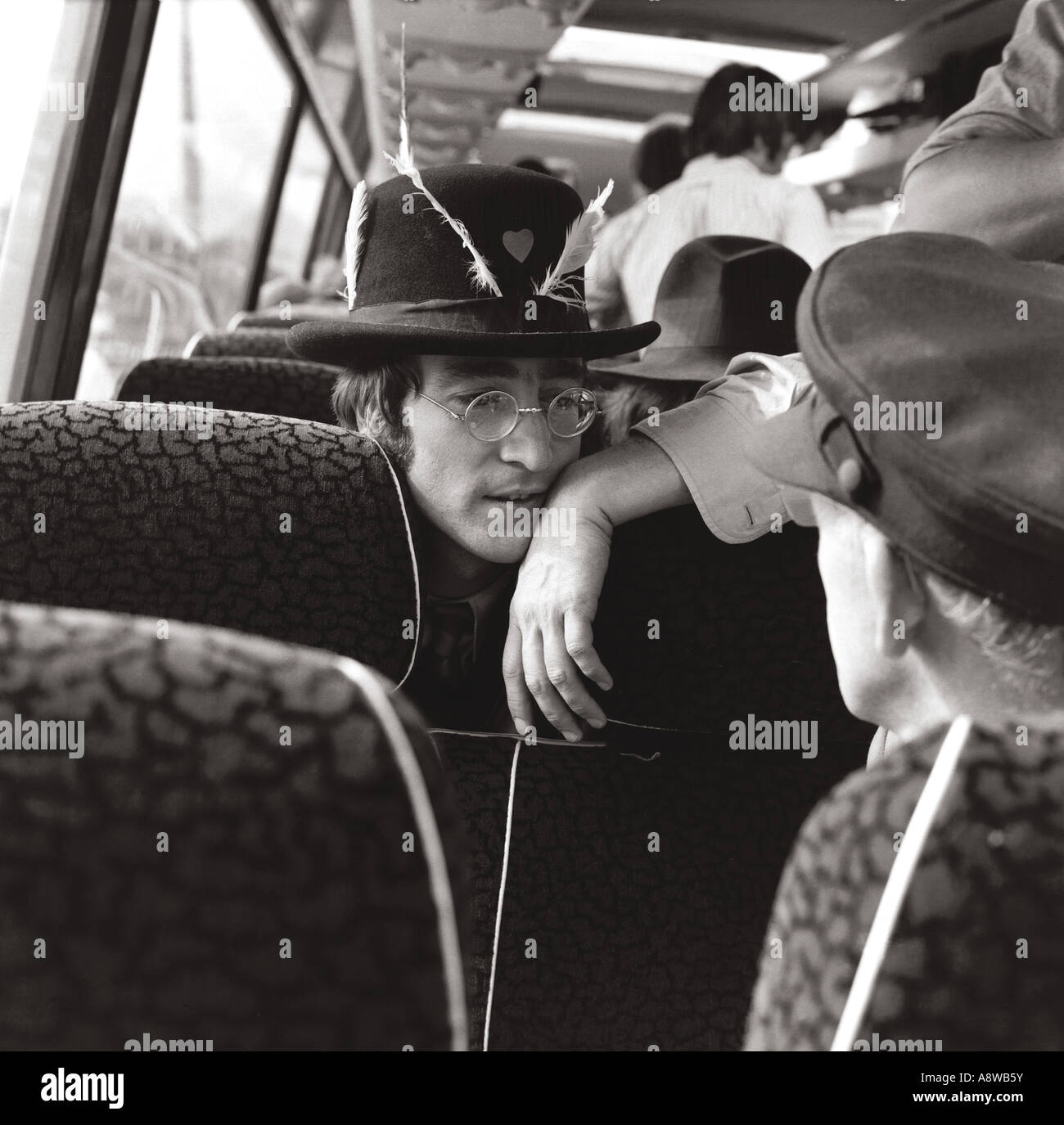 BEATLES: John Lennon sur bus de tournée pendant le tournage le Magical Mystery Tour dans divers endroits Photo Stock