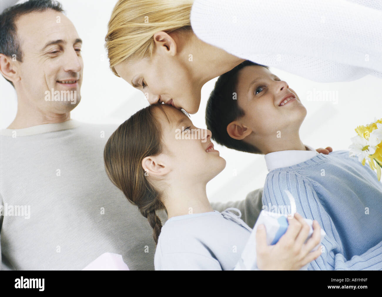 Scène de famille, Mère embrassant sa fille sur la tête Banque D'Images