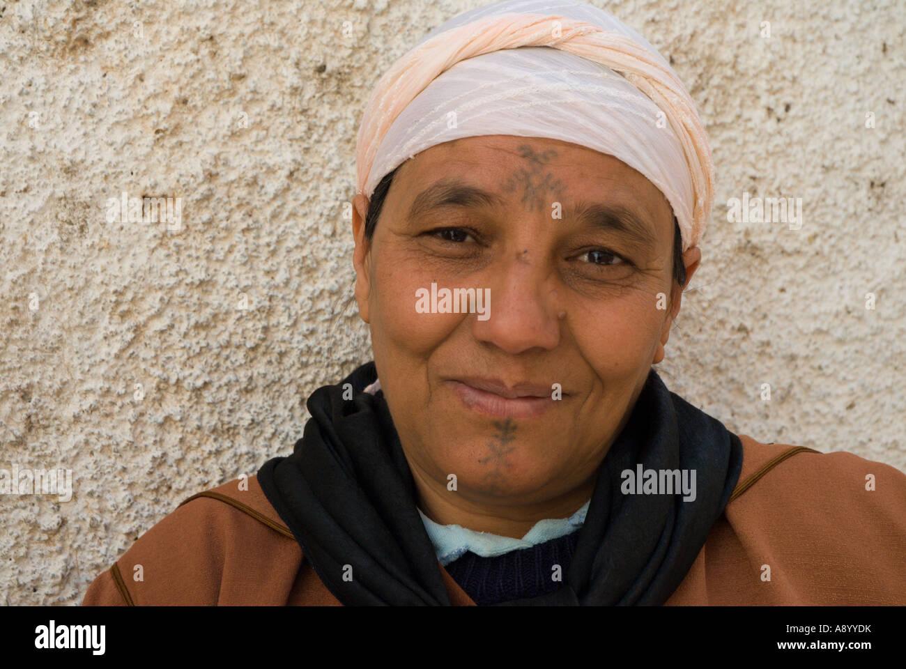 Le Portrait D Une Femme Berbere Avec Des Tatouages Visage Sefrou Maroc Photo Stock Alamy