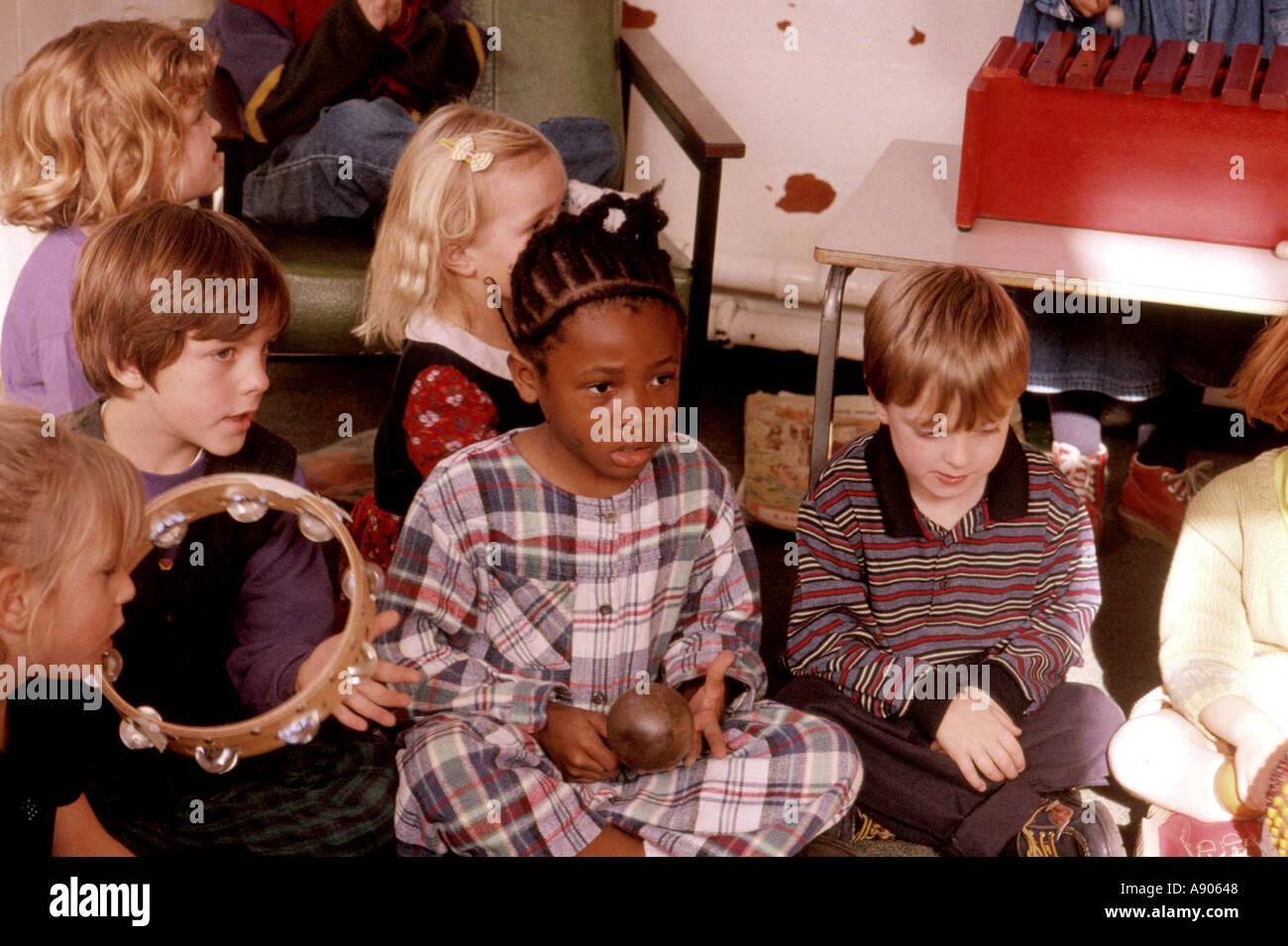 Les enfants de l'école primaire ayant leçon de musique Photo Stock