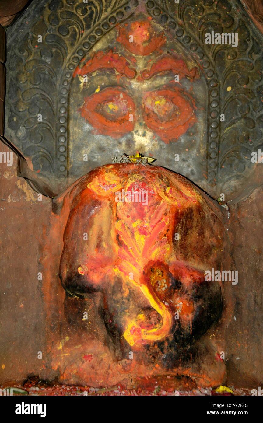 Ancienne montre de secours dieu Ganesha headless en rouge et jaune Népal Katmandou peinture Photo Stock