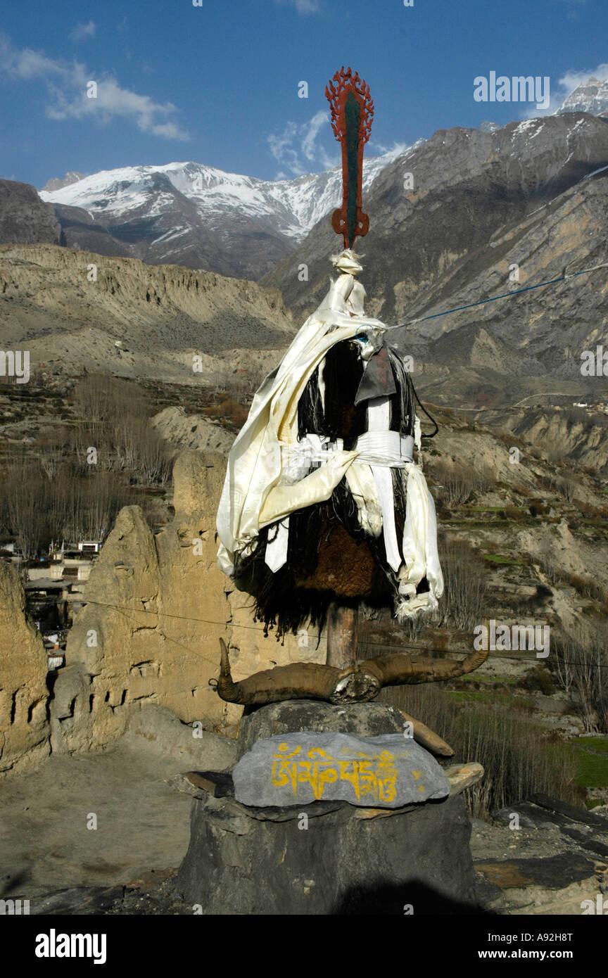 Objet-culte sur le toit de l'ancien monastère de Dzong Mustang Népal Région de l'Annapurna Photo Stock