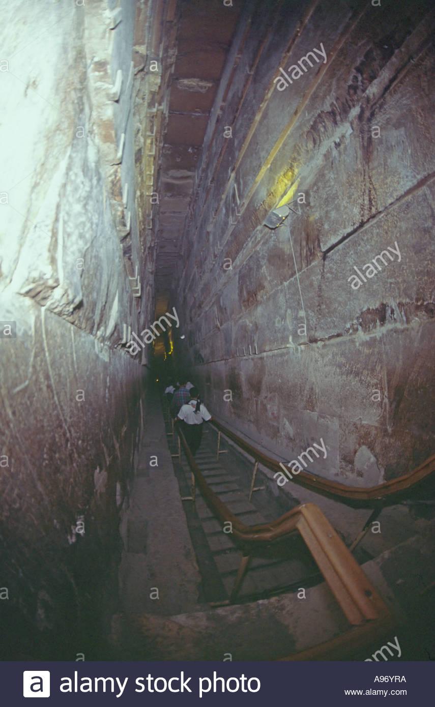 intrieur de grande pyramide de khops gizeh prs du caire et lescalier de la chambre kings appel grand gallery