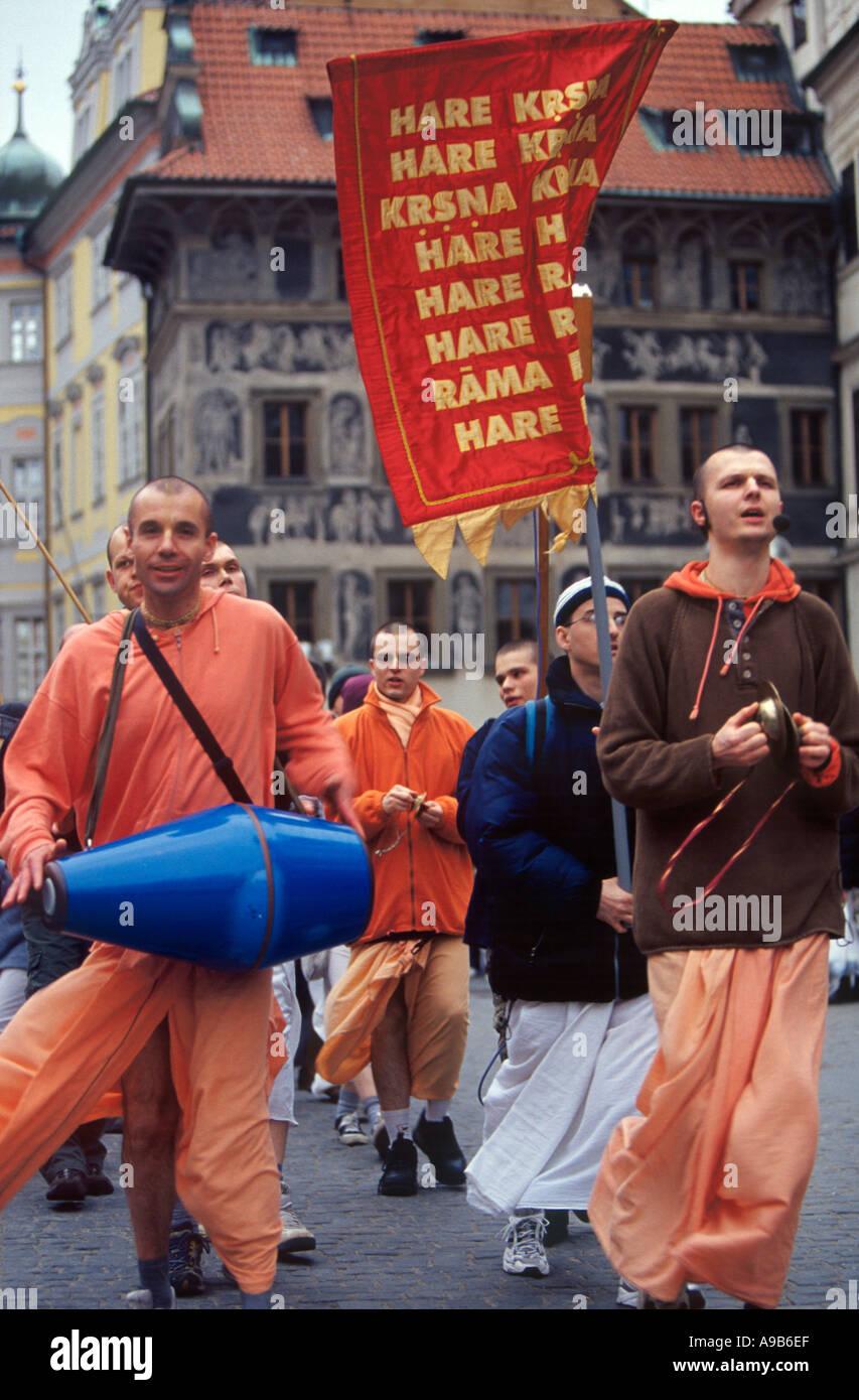 Les gens d'Hare Krishna défilant dans la vieille ville de Prague République Tchèque Banque D'Images