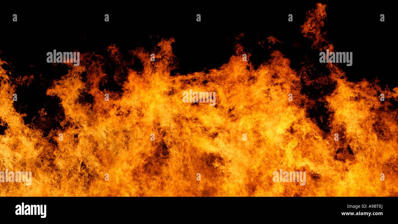 Très gros fichier d'arrêter le mouvement du vrai flammes sur un fond noir Photo Stock
