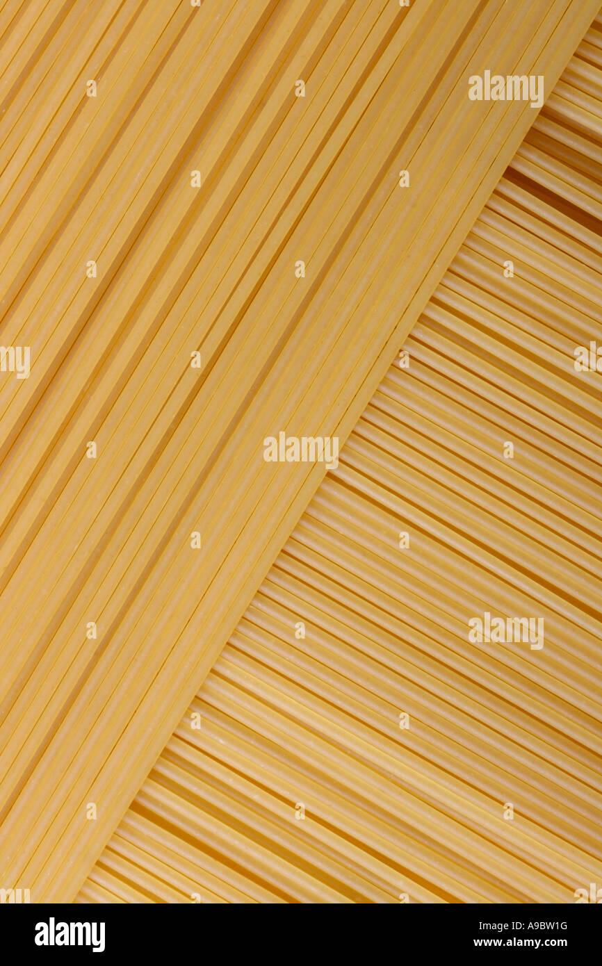 Spaghetti frais alignés et superposés à un angle parfait Photo Stock