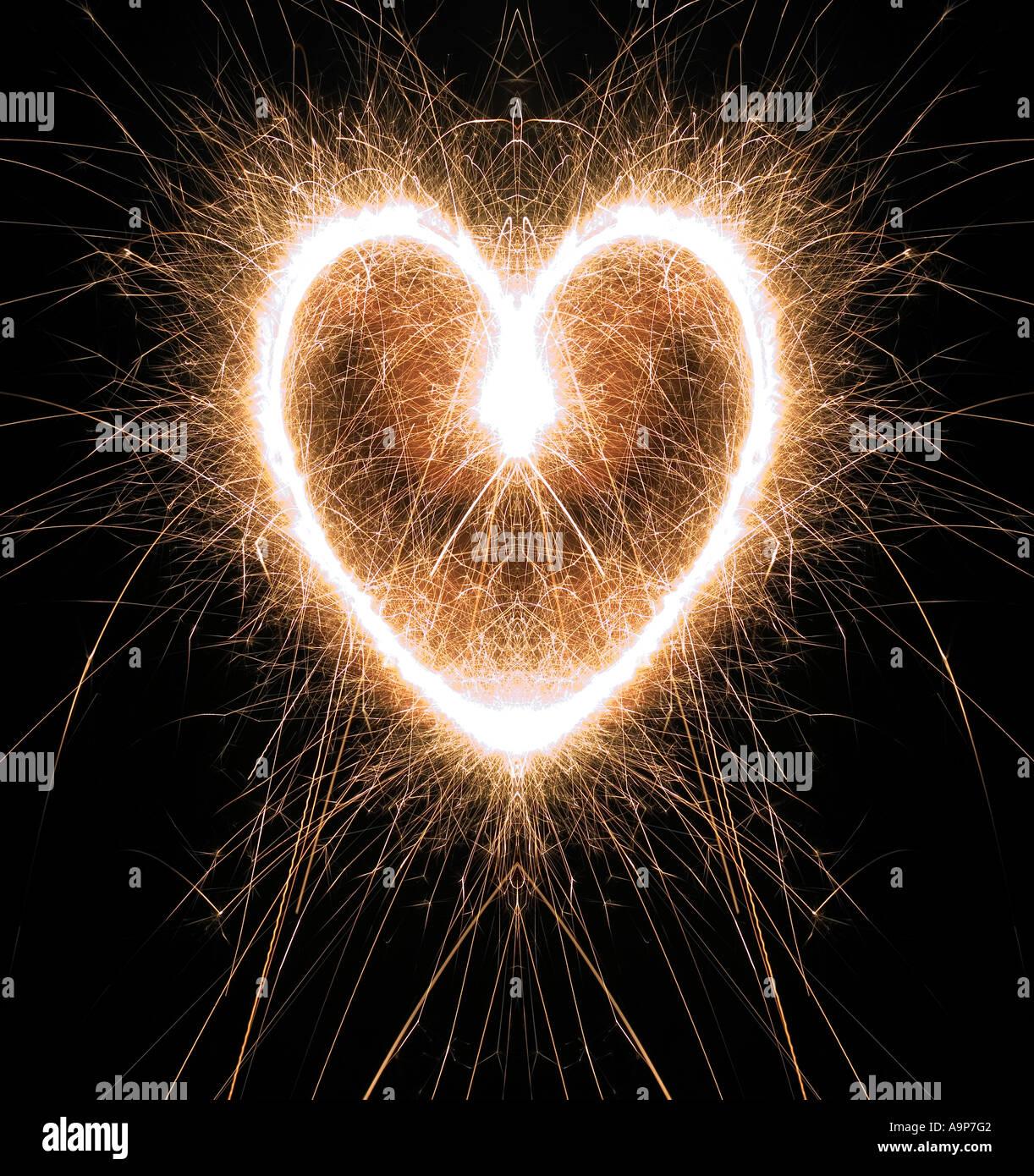 Forme de coeur pétillant de nuit avec les cierges magiques Photo Stock