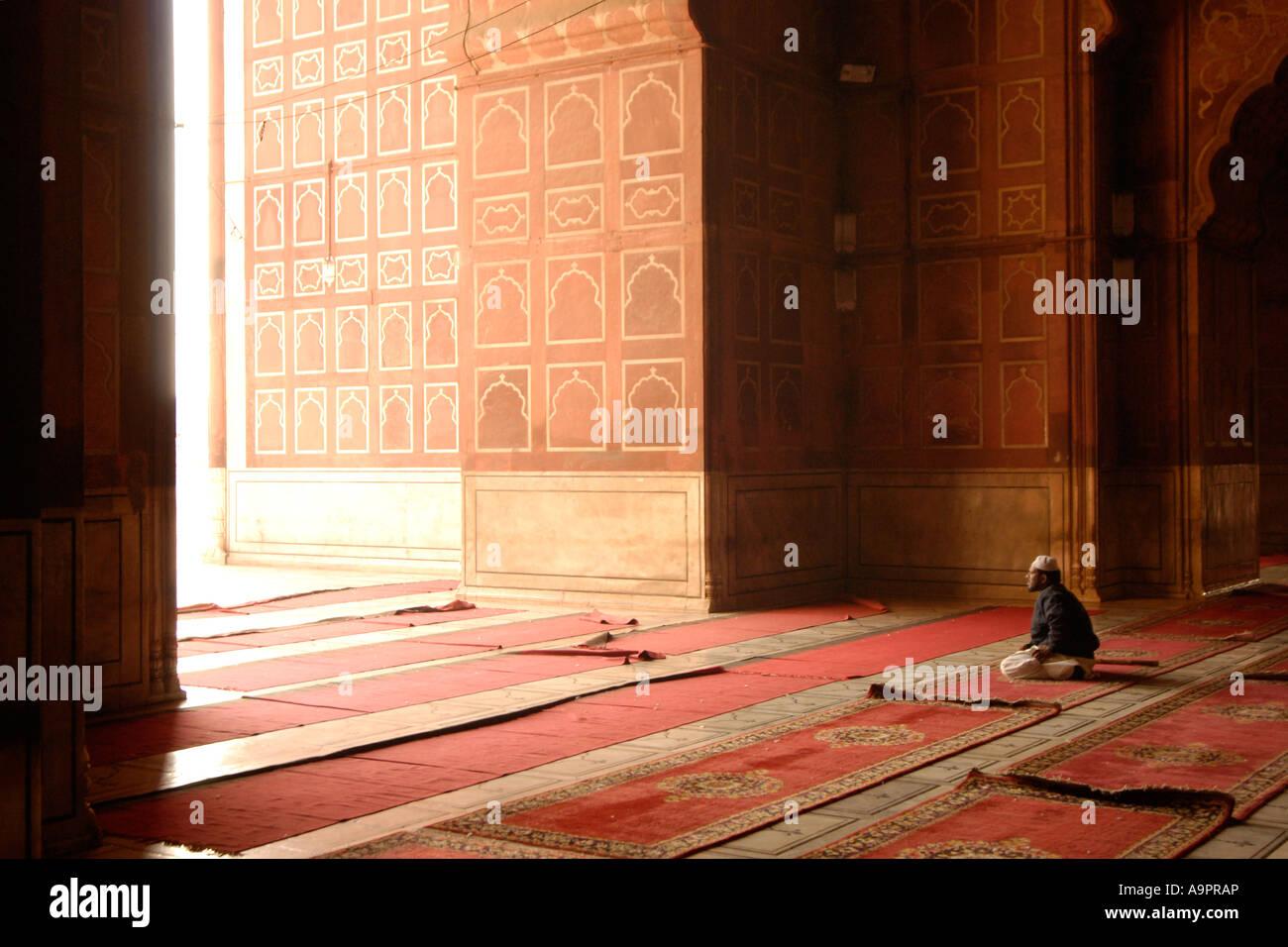 L'homme en prière, la Mosquée Jama Masjid (1656), New Delhi, Inde Photo Stock