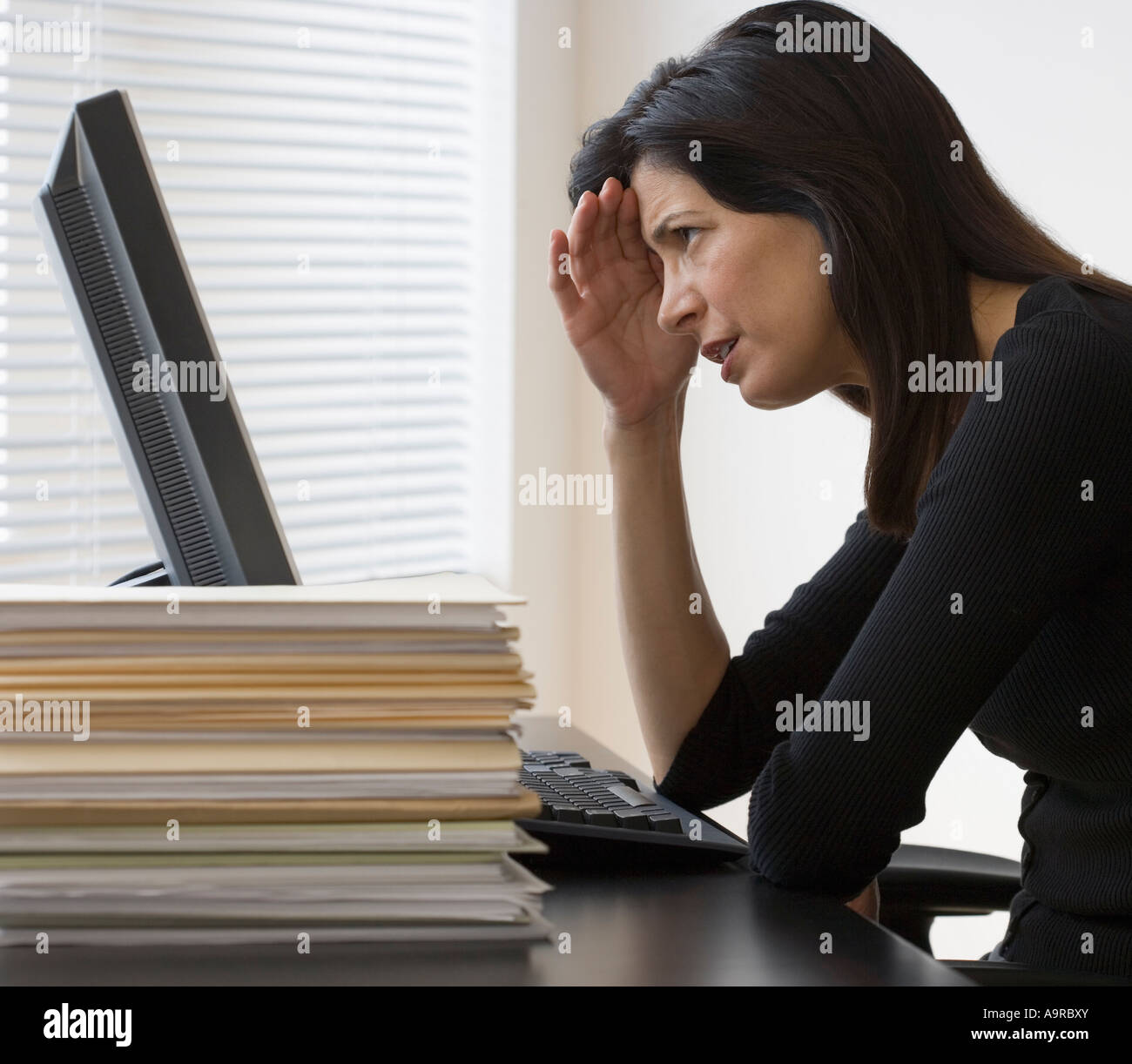 Businesswoman looking at computer Banque D'Images