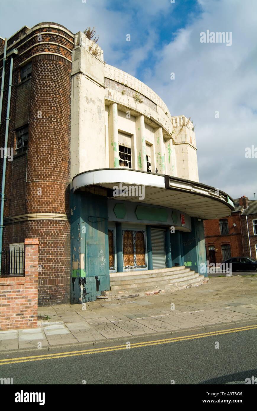 Ancien cinéma désaffecté et salle de bingo, à côté de l'habitation mitoyenne à Newton le Willows près de St Helens dans le Merseyside. Photo Stock
