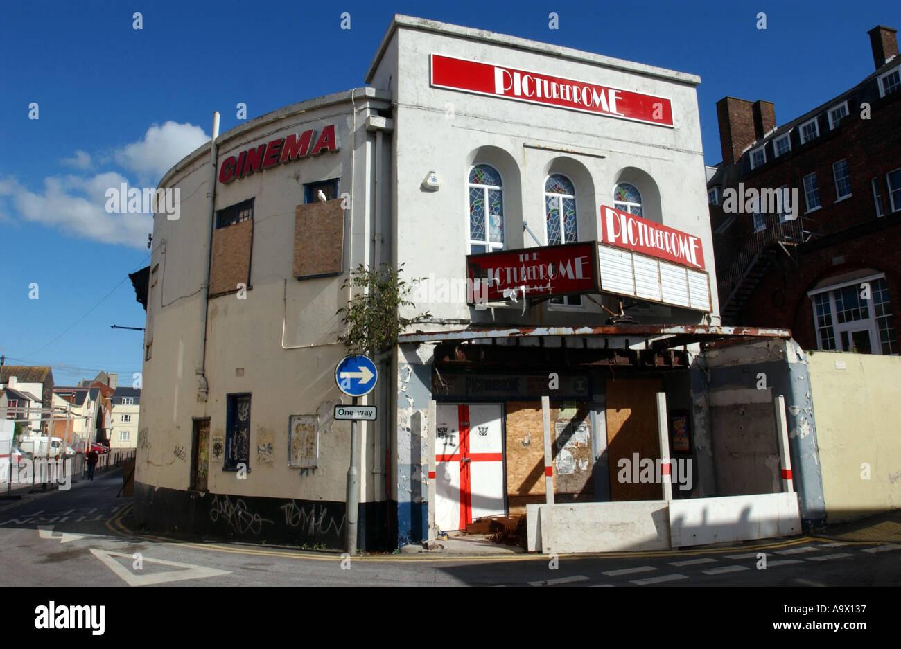 Un vieux bâtiment de style cinéma désaffecté Photo Stock