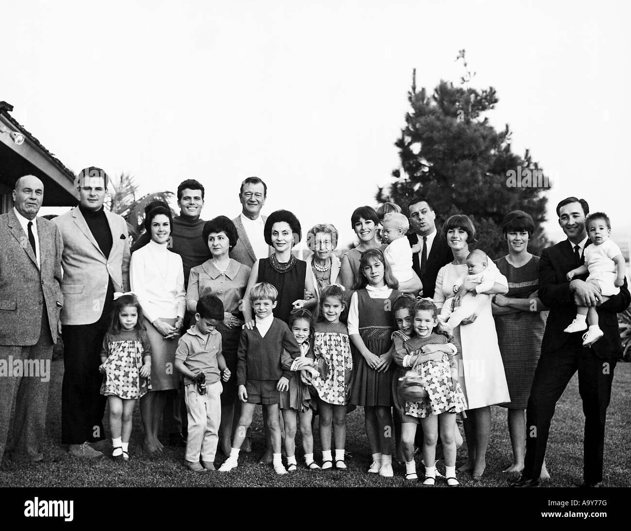 JOHN WAYNE avec son épouse Pilar dans un portrait de famille sur trois générations Photo Stock
