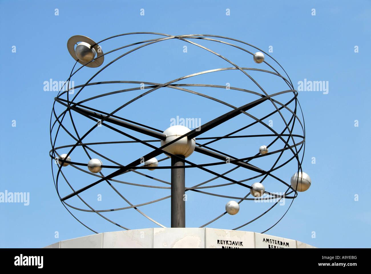 Système solaire avec l'orbite de la planète monde Weltzeituhr Réveil Alexanderplatz Berlin Allemagne Photo Stock