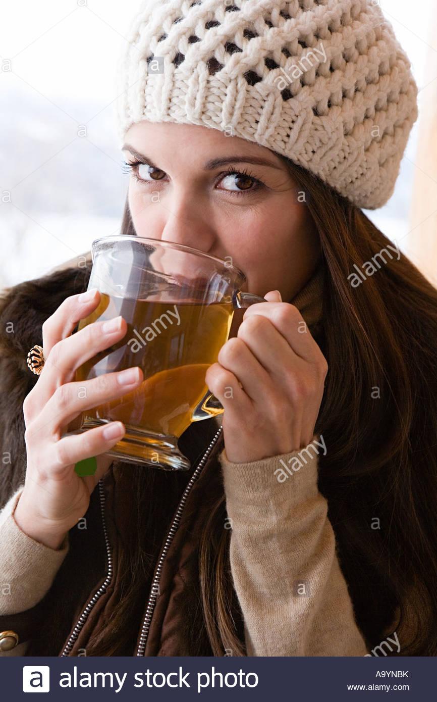 Jeune femme à boire le thé Banque D'Images