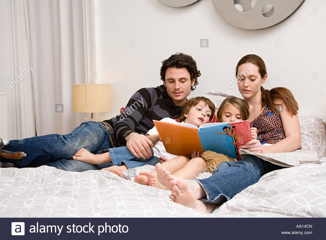 Lire une histoire de famille Photo Stock