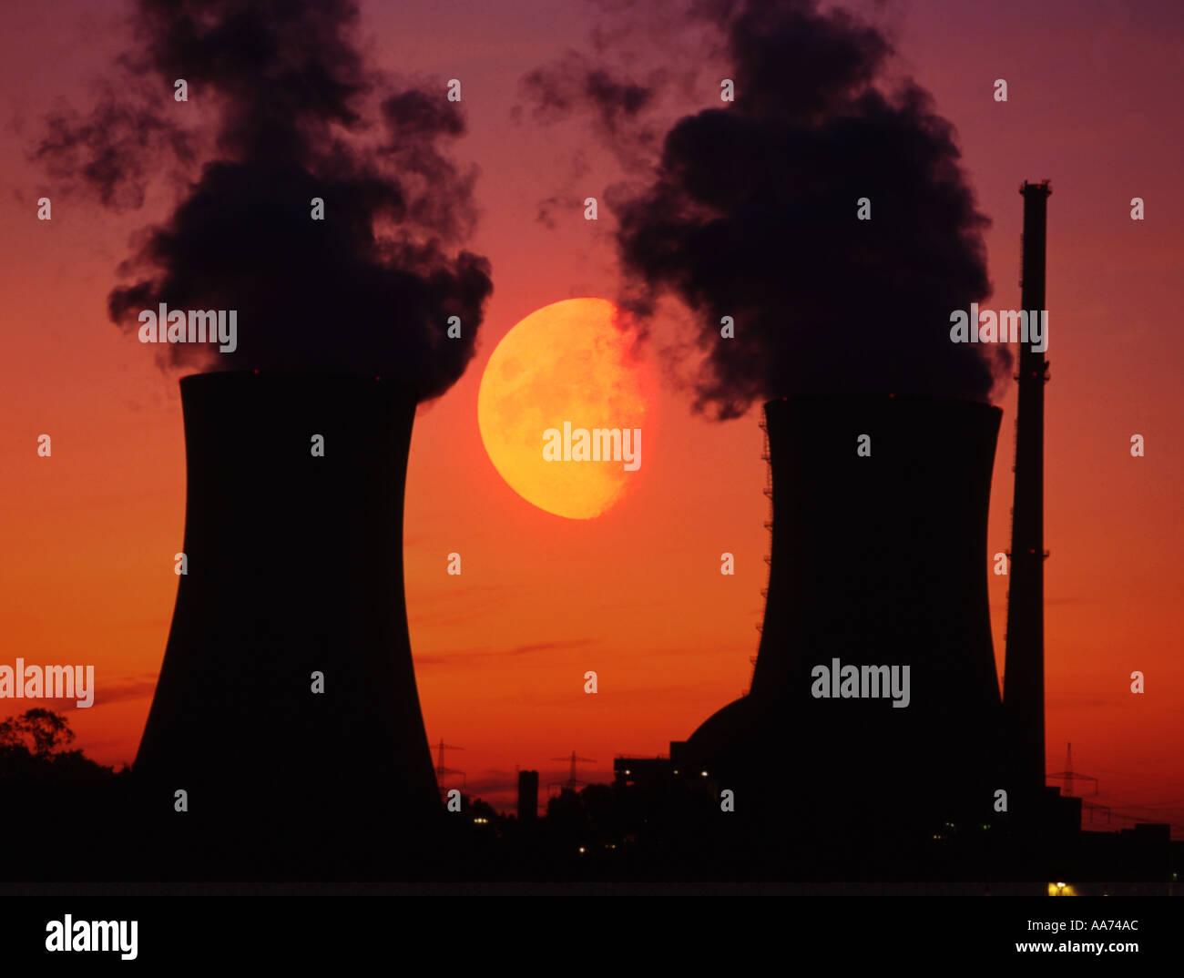 Les tours de refroidissement de la centrale nucléaire d'émission symbolique de l'énergie atomique Photo Stock
