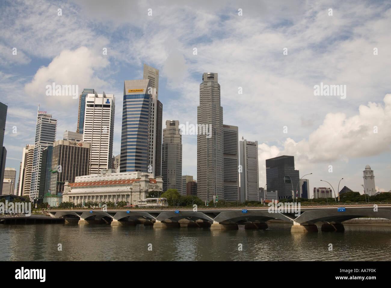 La ville de Singapour l'Asie peut à la recherche de l'autre côté de la rivière de Singapour vers le pont Anderson Banque D'Images