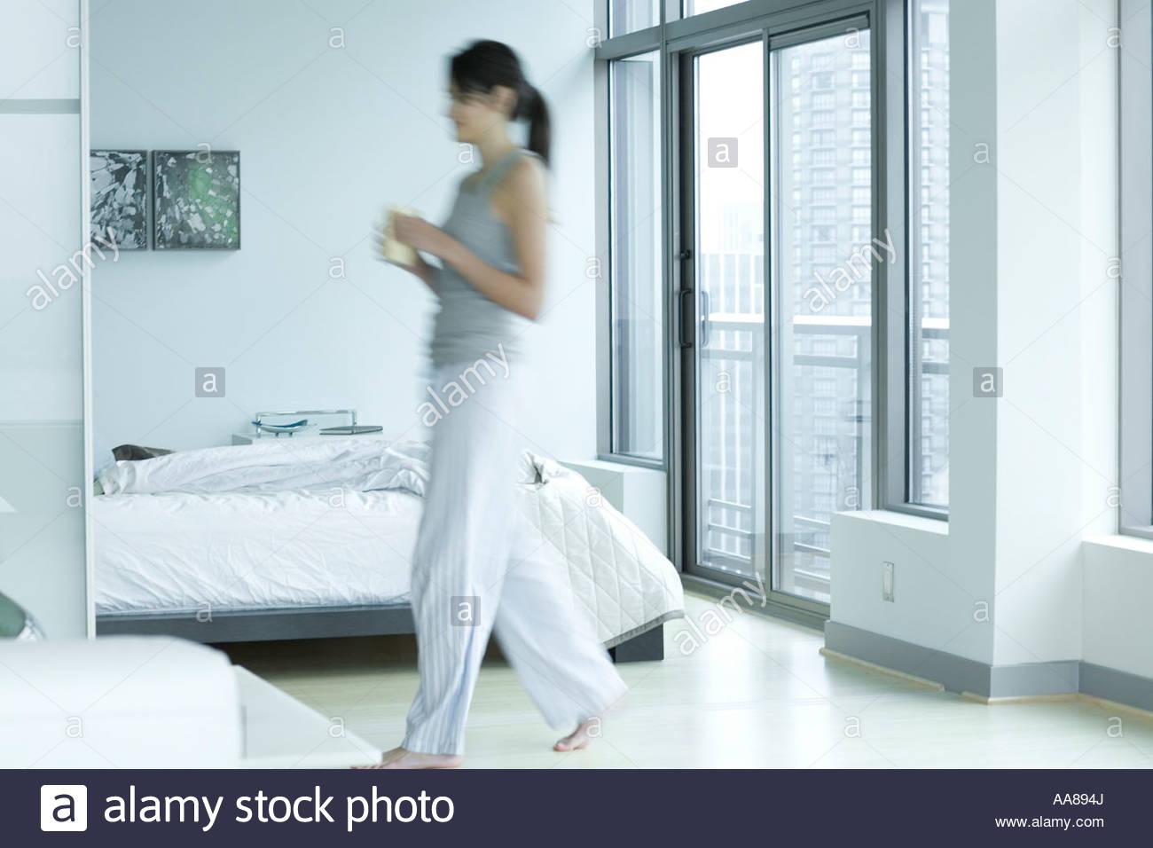 Chambre De Jeune Adulte jeune adulte femme marche dans la chambre banque d'images