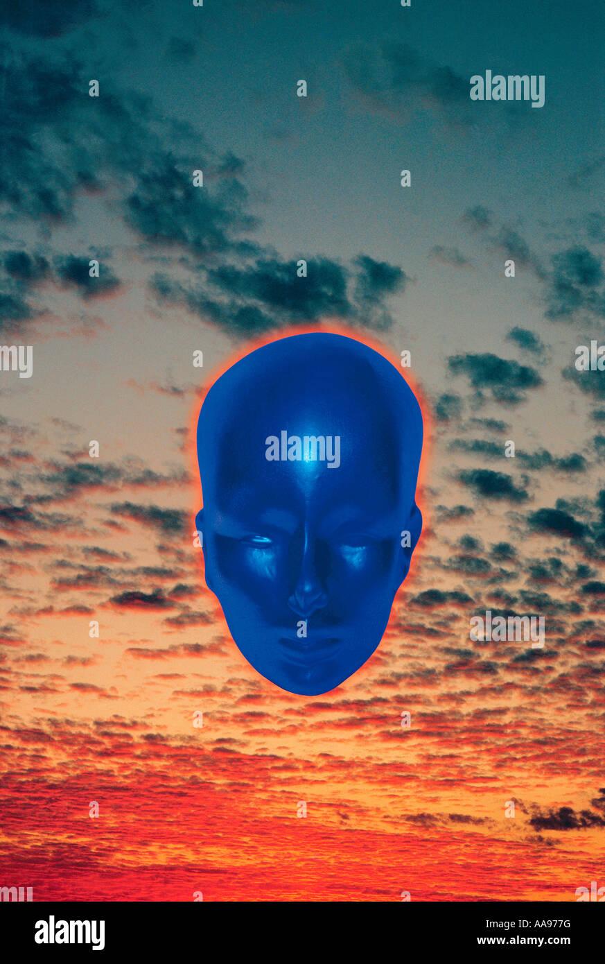 Image Concept de tête bleu métallique dans le coucher du soleil. Photo Stock