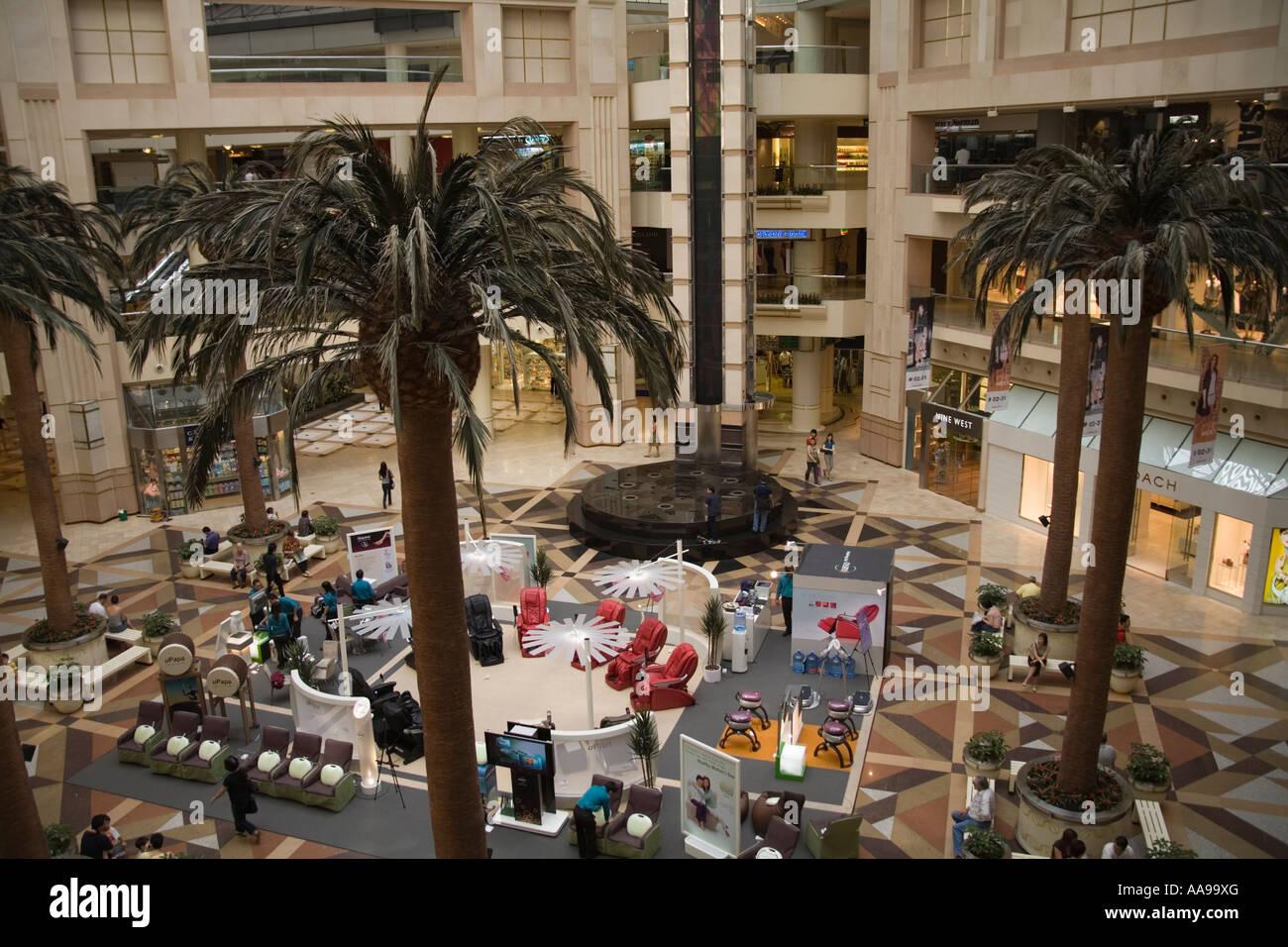 La ville de Singapour l'Asie peut regarder sur le rez-de-chaussée du centre commercial Raffles City Banque D'Images