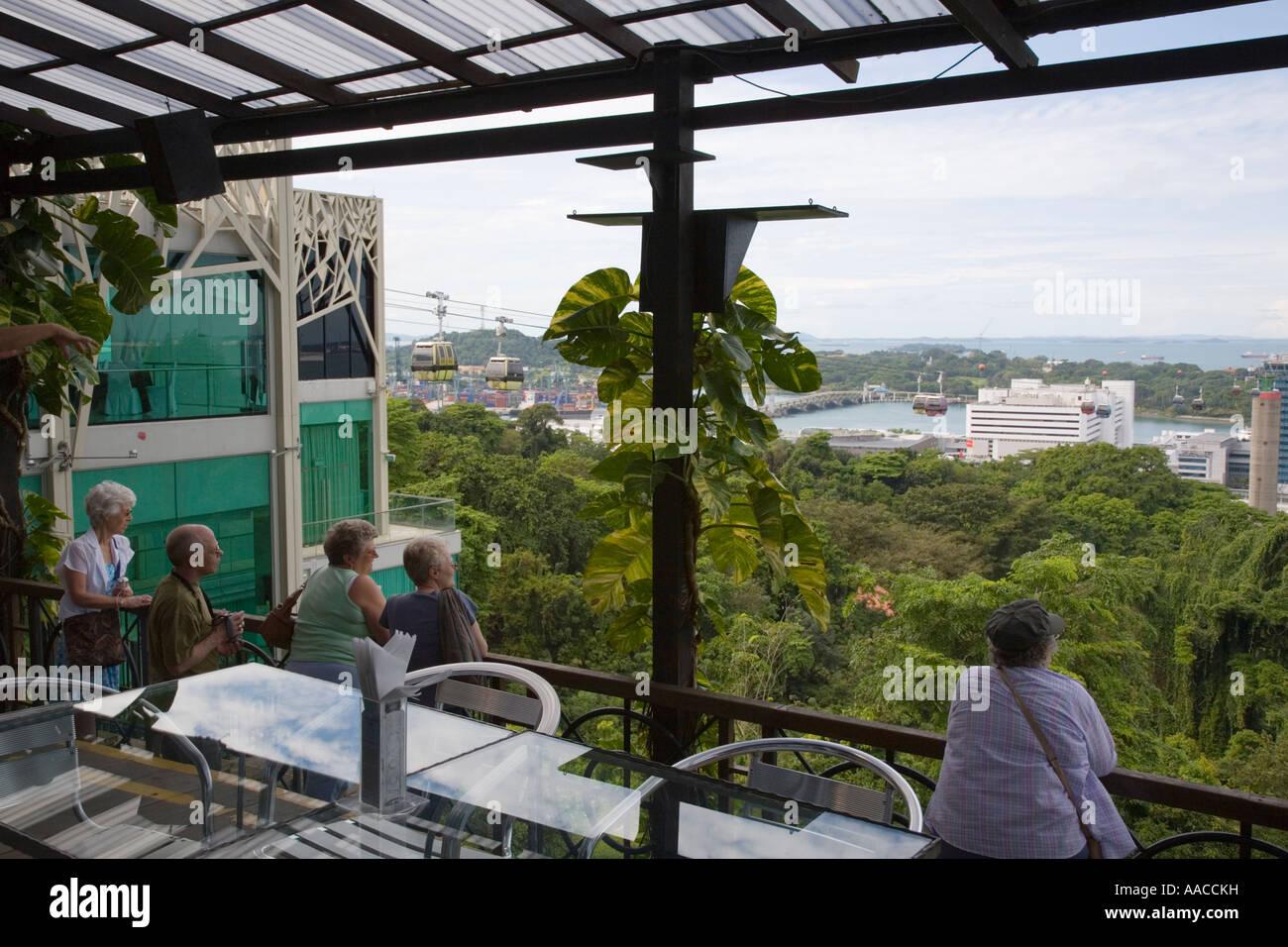 Mont Faber Région centrale à Singapour les touristes à la vue à partir de la plate-forme d'observation cafe Boîte Banque D'Images