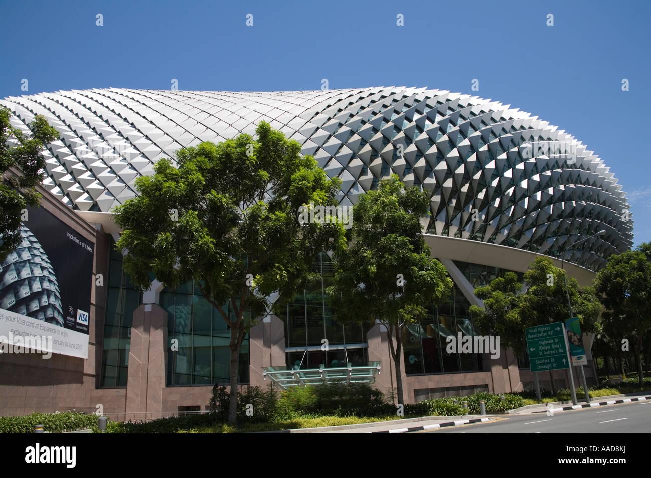 La ville de Singapour l'Asie peut à la recherche au Centre des arts de la scène magnifique bâtiment entouré d'arbres tropicaux Banque D'Images