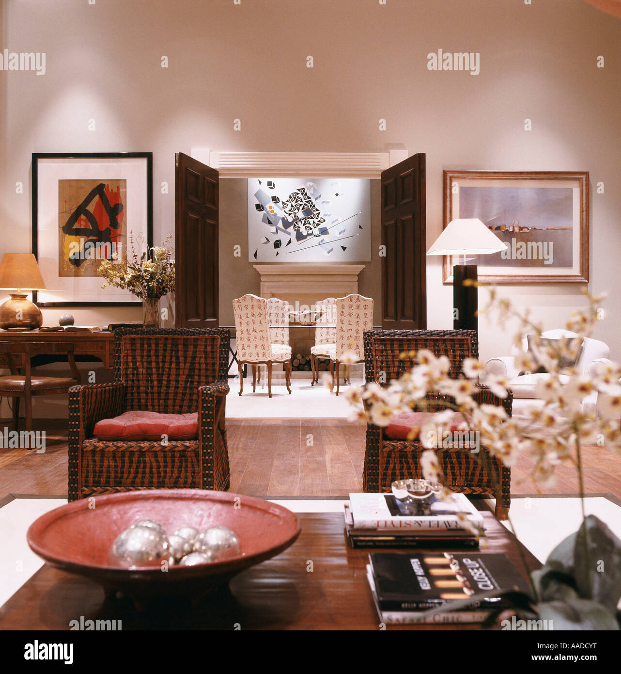 Table et chaises assorties d'ornements, vue à travers les portes doubles Banque D'Images