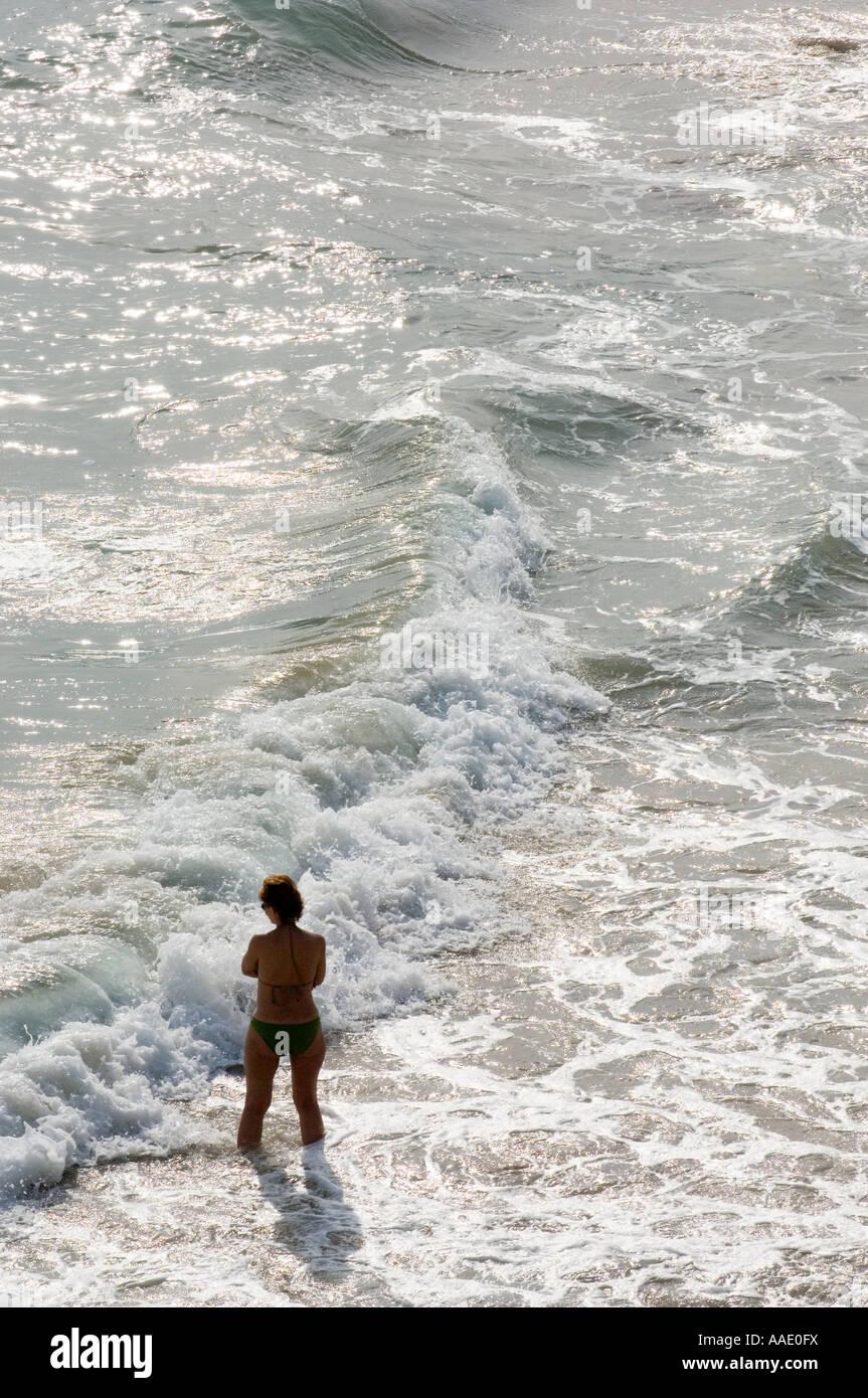 Dans la mer à Mal Pas beach Benidorm, Costa Blanca, Espagne Photo Stock