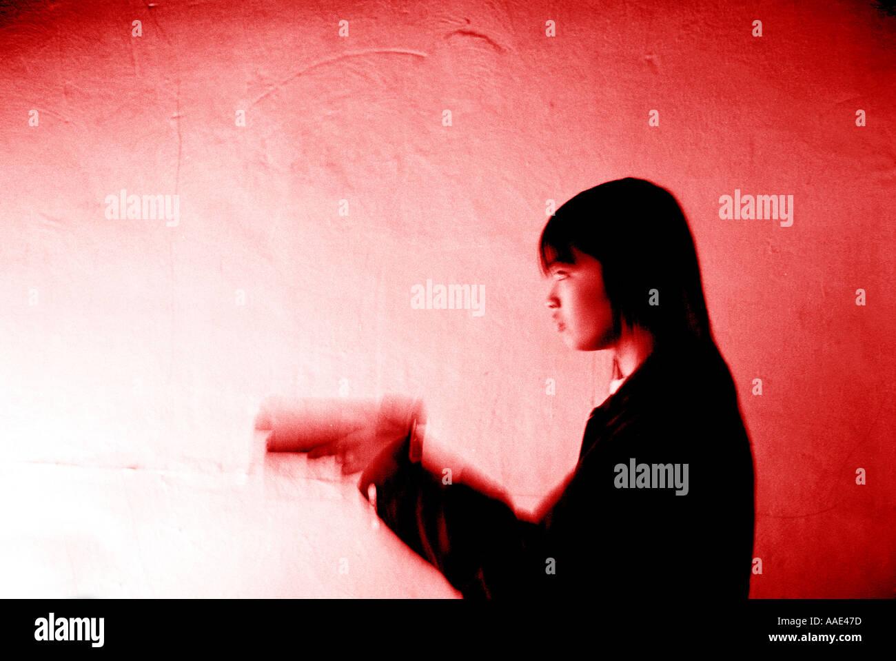 Jeune fille en face d'un jeu vidéo Chinatown Londres Photo Stock