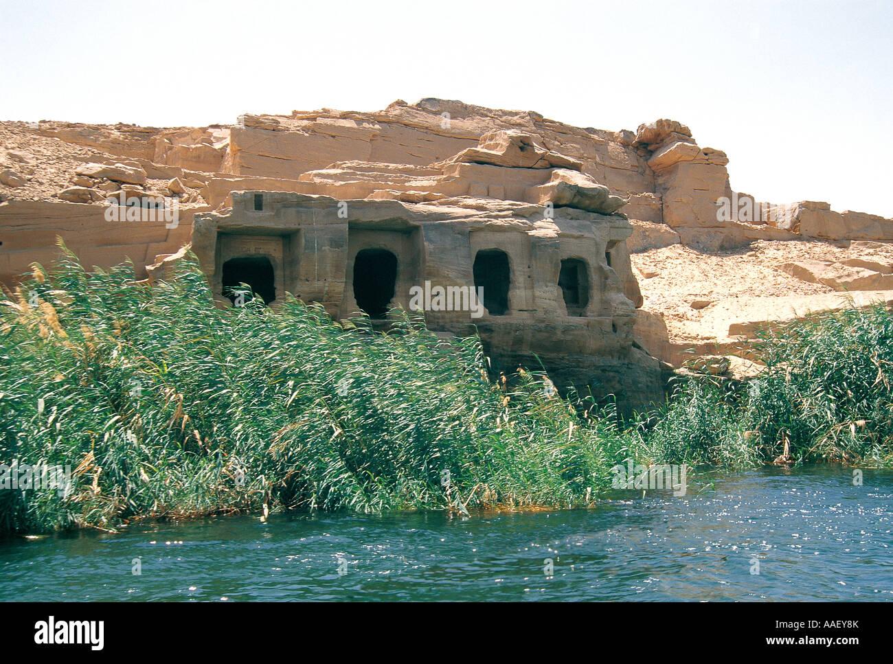 Anciennes tombes des nobles taillées dans la roche solide sur la rive ouest du Nil datant de 2 300 AV Assouan Photo Stock