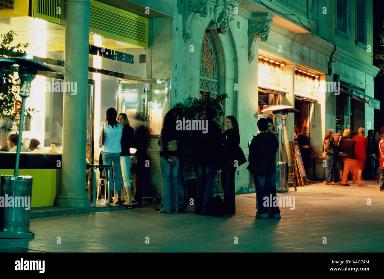 Club branché dans la vieille ville de naissance de personnes se tiennent devant l'entrée de l'Espagne Catalogne Barcelone Banque D'Images