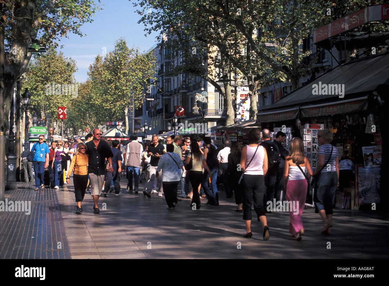 Les gens déambuler sur Las Ramblas Barcelona La Catalogne Espagne Banque D'Images