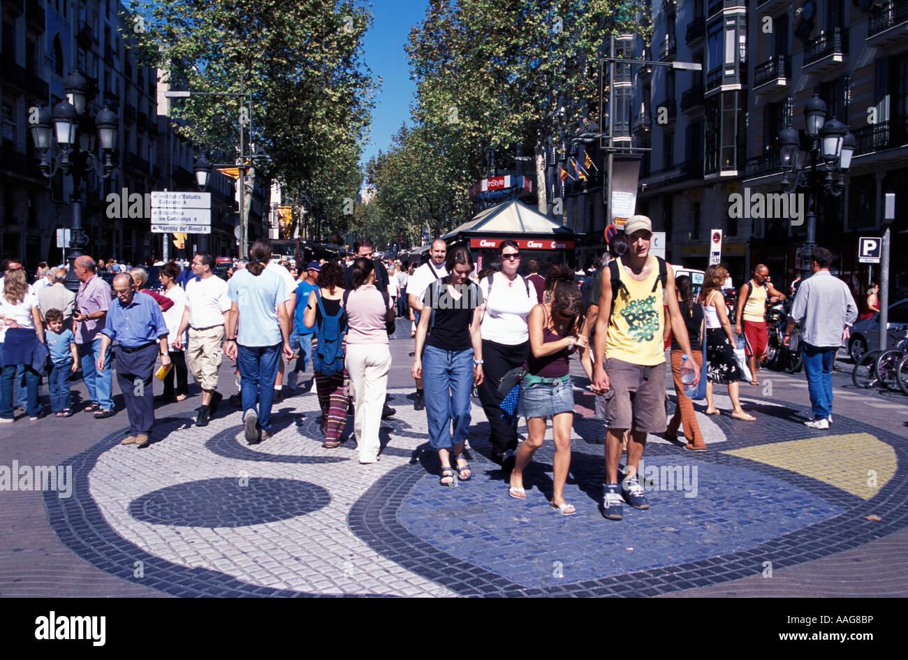 Les gens qui marchent sur la mosaïque de Miro Las Ramblas Barcelona La Catalogne Espagne Banque D'Images