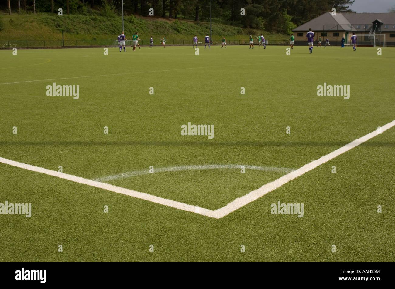 Les hommes jouaient au hockey sur surface tous temps artificielle de l'Université d'Aberystwyth - angle obtus marqué au coin du terrain, wale Banque D'Images