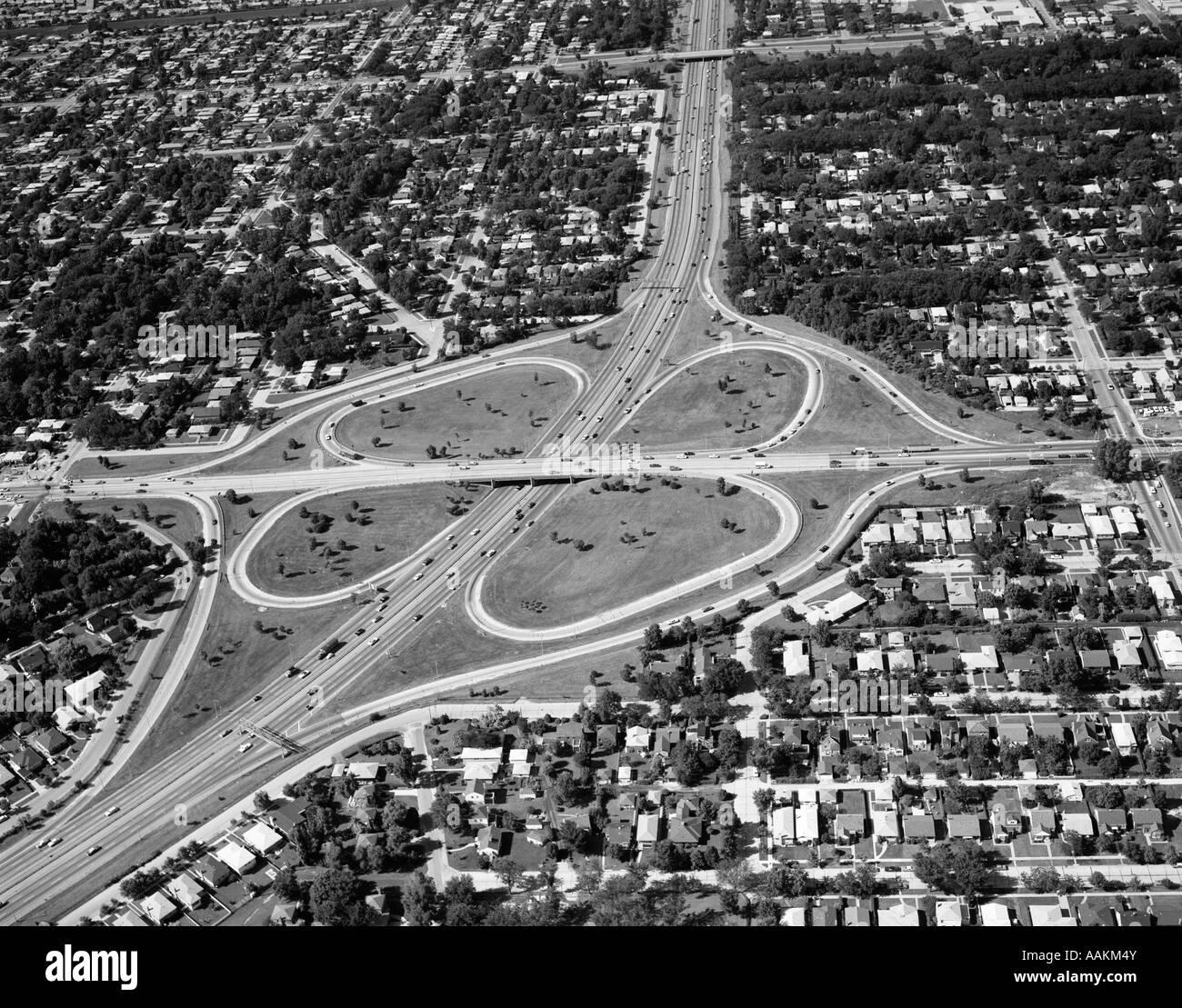1960 Vue aérienne de l'ILLINOIS AVEC CLOVERLEAF maisons de banlieue qui l'entoure DE TOUS LES CÔTÉS Photo Stock