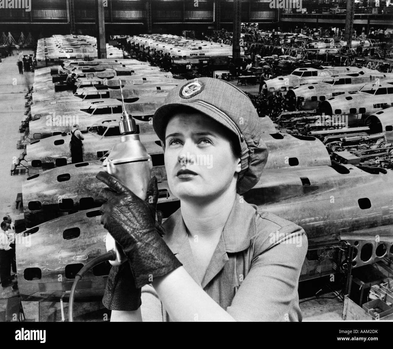 ROSIE RIVETER LA FEMME en surimpression sur les avions en usine des années 1940, LA DEUXIÈME GUERRE MONDIALE Photo Stock