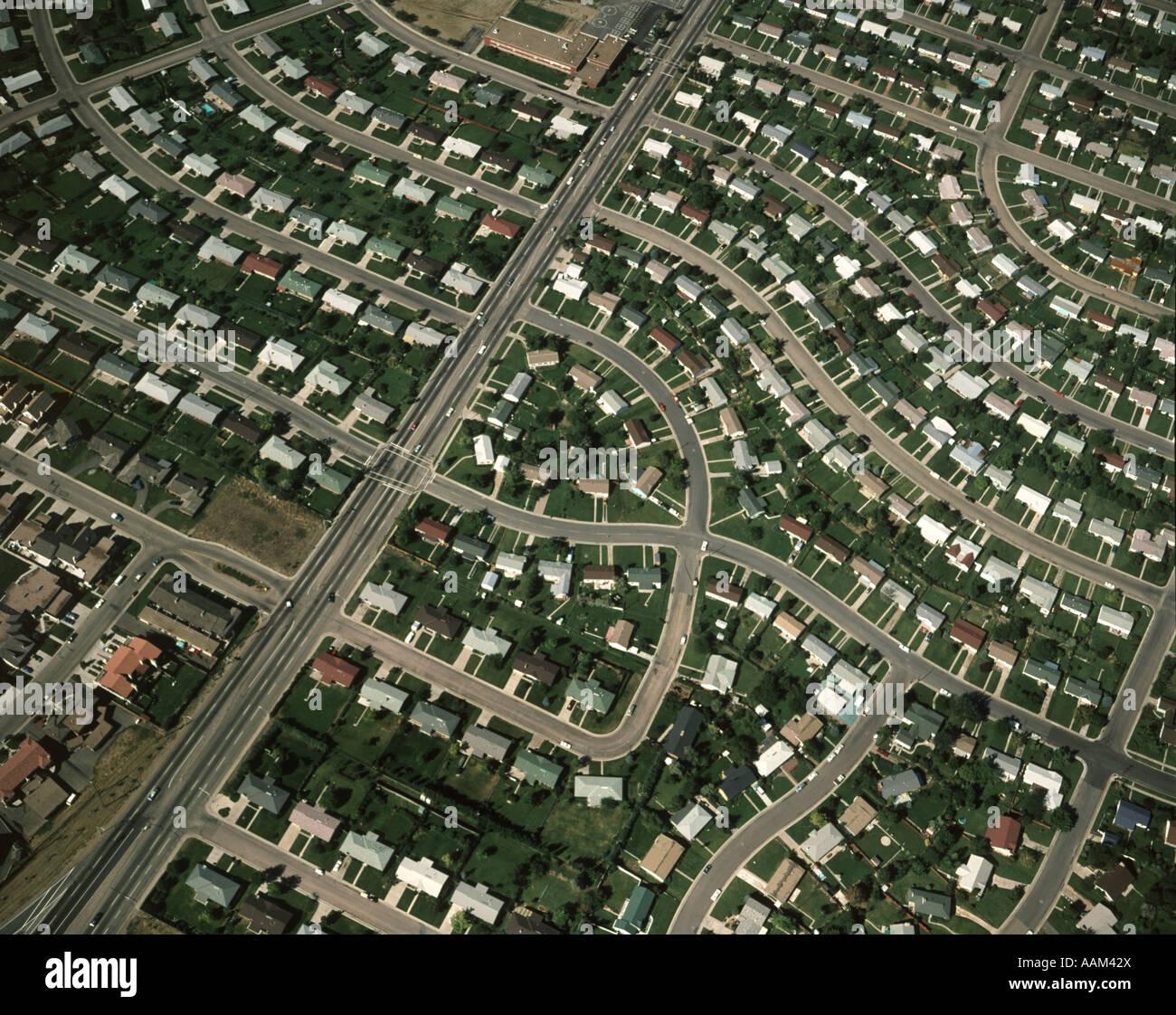 1980 Vue aérienne de développement suburbain de rues et maisons Photo Stock