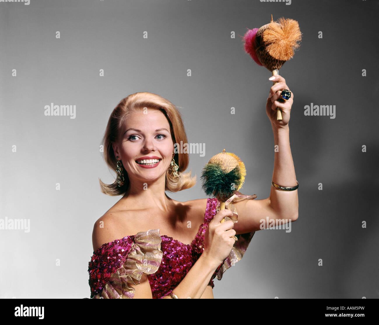 Années 1960 Années 1970 Femme blonde RUFFLED HALTER TOP SMILING MUSIC AMÉRIQUE SECOUER les maracas Photo Stock